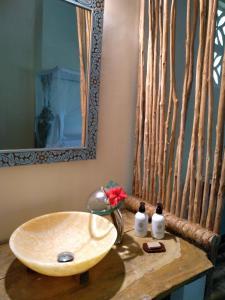 A bathroom at Marafiki Bungalows