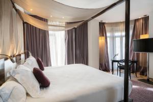 Een bed of bedden in een kamer bij Vincci Palace