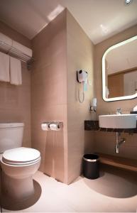 A bathroom at Holiday Inn Express Manila Newport City, an IHG Hotel