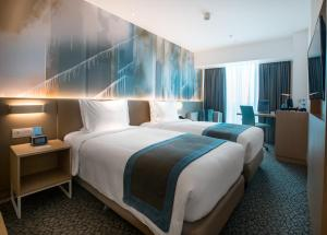 A bed or beds in a room at Holiday Inn Express Manila Newport City, an IHG Hotel