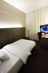 A bed or beds in a room at pentahotel Vienna