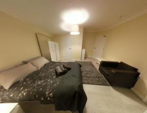A bed or beds in a room at Spacious double ensuite room
