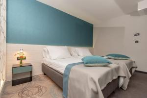 A bed or beds in a room at Hotel Kolovare