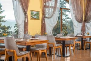 A restaurant or other place to eat at SPA Club Bor Hotel