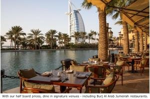 A restaurant or other place to eat at Jumeirah Al Qasr
