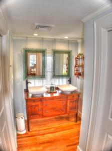 A bathroom at The Holly and Ivy Inn
