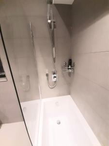 A bathroom at Vicarage Road Luxury Apartment Free Wifi & BT Sports sleeps 4