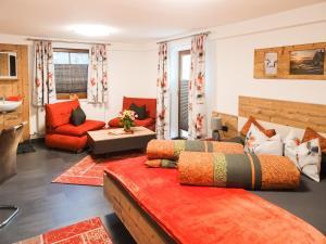 Ein Sitzbereich in der Unterkunft Ferienwohnung Lederle
