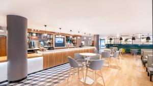 The lounge or bar area at Holiday Inn London Luton Airport