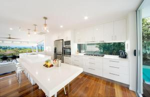 A kitchen or kitchenette at Bellevue Holiday Home - Airlie Beach