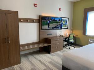 Holiday Inn Express Hotel and Suites South Padre Islandにあるテレビまたはエンターテインメントセンター