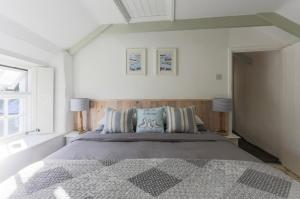 A bed or beds in a room at Gulls Perch