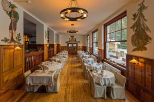 A restaurant or other place to eat at Hotel Lago di Braies