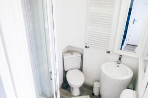 A bathroom at Violette avec parking privé sécurisé