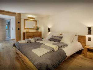 A bed or beds in a room at Chalet Manoe - OVO Network