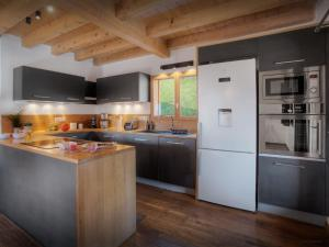 A kitchen or kitchenette at Chalet Manoe - OVO Network
