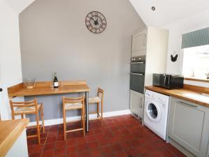 A kitchen or kitchenette at Strine View Cottage