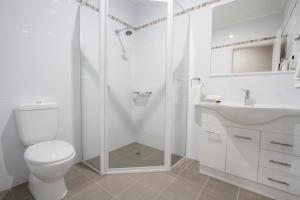 A bathroom at Harvest Lodge Motel - Gunnedah