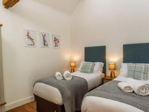 A bed or beds in a room at Oxen Cottage