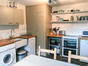 A kitchen or kitchenette at Half of 6