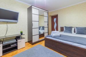 Кровать или кровати в номере KvartalApartments. Kuybysheva 69