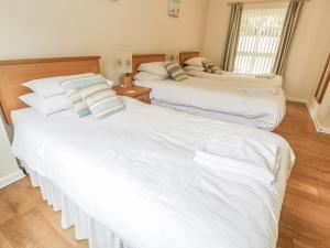 A bed or beds in a room at Beachcombers, Newquay