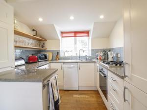 A kitchen or kitchenette at Beachcombers, Newquay