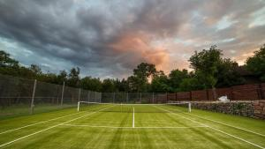 Tennis and/or squash facilities at Villa Garden or nearby