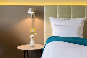 A bed or beds in a room at Hotel AM MEER & Spa
