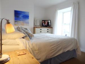 A bed or beds in a room at Kingfisher Cottage, Edmonton