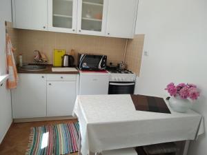 Кухня или мини-кухня в Teatralni Apartments