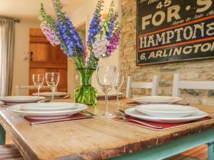 A restaurant or other place to eat at Somerford Cottage, MALMESBURY