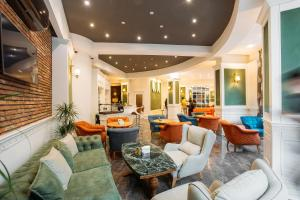 The lounge or bar area at Green Queen Hotel