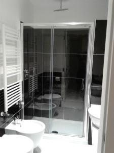 A bathroom at LOFT 13