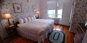 A bed or beds in a room at Asticou Inn