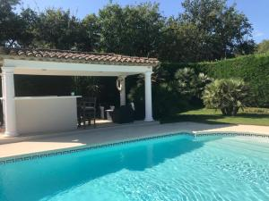 The swimming pool at or close to Villa le Roi Soleil