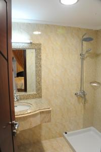A bathroom at Pioneer Hotel Apartments Muscat