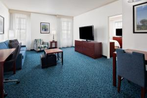 A seating area at Residence Inn by Marriott Cincinnati Downtown/The Phelps