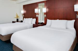 A bed or beds in a room at Residence Inn by Marriott Cincinnati Downtown/The Phelps