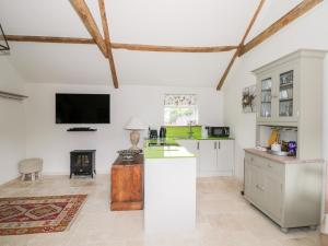 A kitchen or kitchenette at The Stables