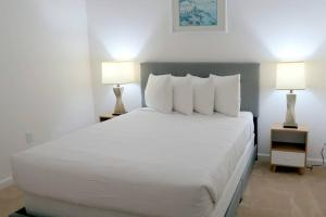 A bed or beds in a room at Sonoma Resort at Bellavida NEW VILLA NEAR DISNEY 12 bedrooms 12 bathrooms private pool and spa