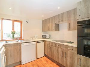A kitchen or kitchenette at The Wagon Linney