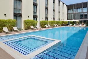 المسبح في Mövenpick Hotel Tahlia Jeddah أو بالجوار
