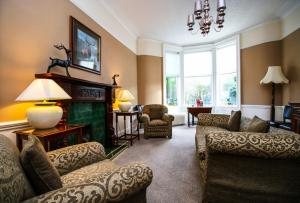 A seating area at Glasgow Guest House