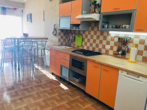 Кухня или мини-кухня в Апартаменты Аделина