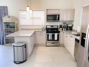 A cozinha ou cozinha compacta de Spectacular 3 bedroom house with Own Pool 170B