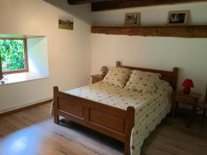 A bed or beds in a room at Les Lauzes du Mas