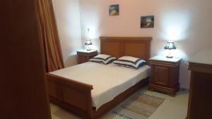 A bed or beds in a room at Niveau de villa T4 kouba+jardin+garage privé