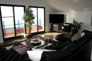 Uma área de estar em Madeira Native Motion Apartment