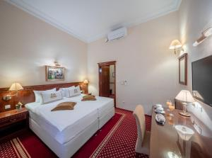 A bed or beds in a room at Hotel Waldinger